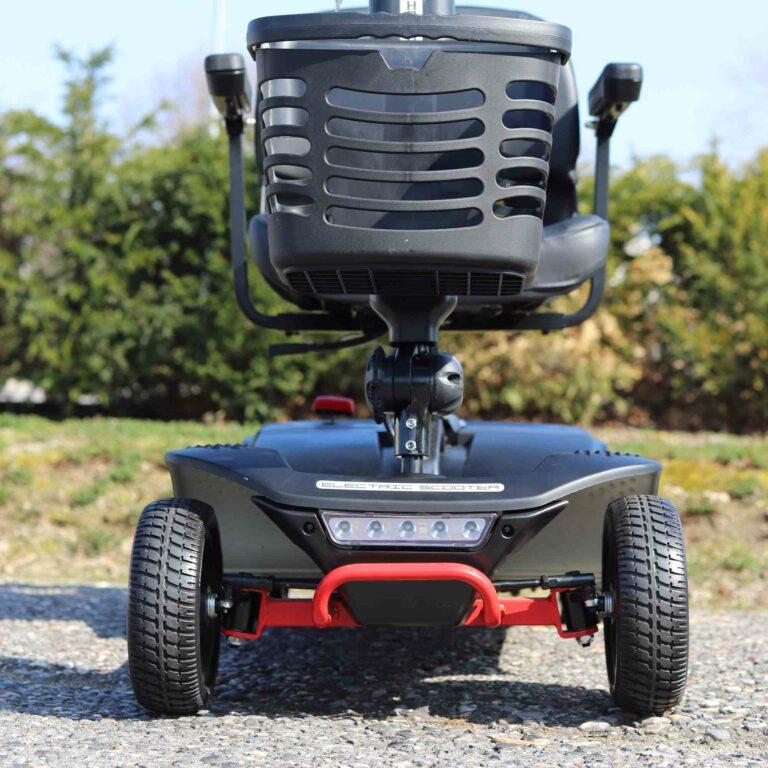 kleines Elektromobil für Senioren: Korb und Vorderreifen