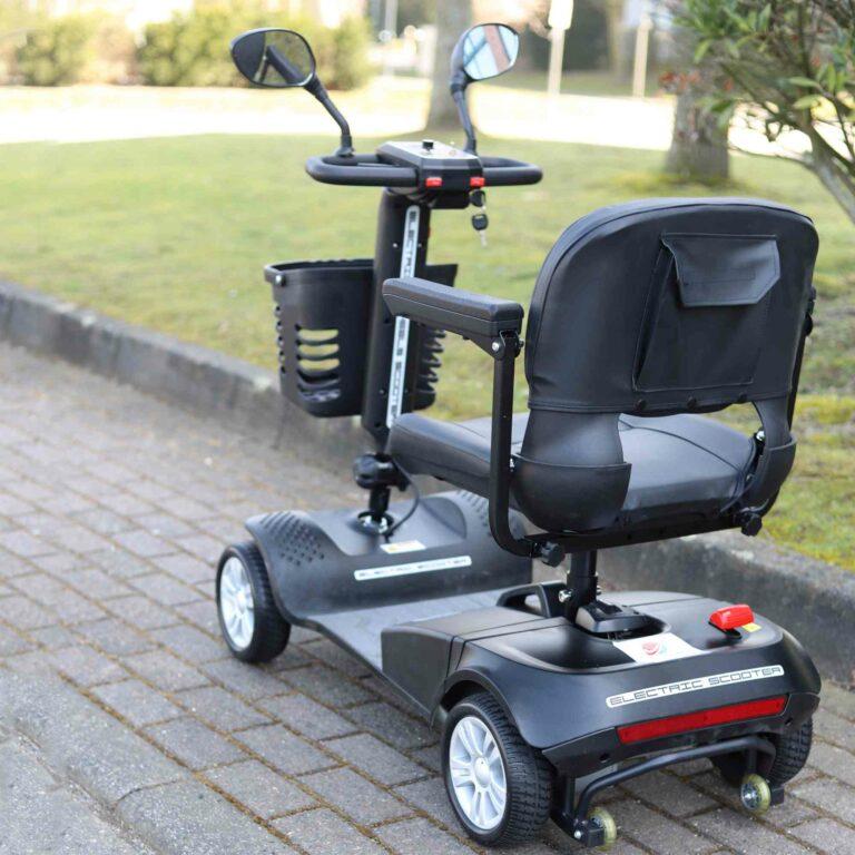 kleines Elektromobil für Senioren auf der Straße